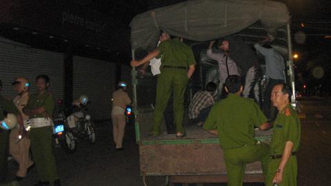 Nhiều thanh niên vào Bar BB Club 96 Nguyễn Thị Minh Khai đã bị tạm giữ.