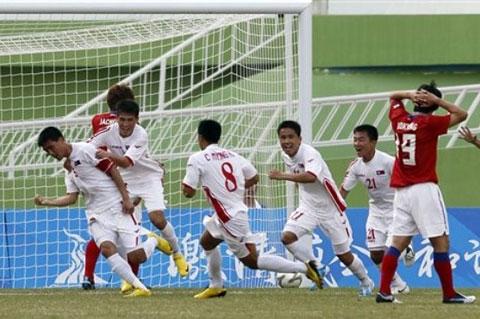 Olympic CHDCND Triều Tiên (trắng) đang chứng tỏ là một ƯCV cho tấm HCV ASIAD 16
