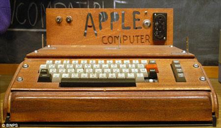 Được chế tạo vào năm 1976, chiếc máy tính Apple - 1 có giá vẻn vẹn 666,66 USD và là một trong 200 sản phẩm được sản xuất thủ công bởi nhà đồng sáng lập hãng Apple, Steve Wosniak.