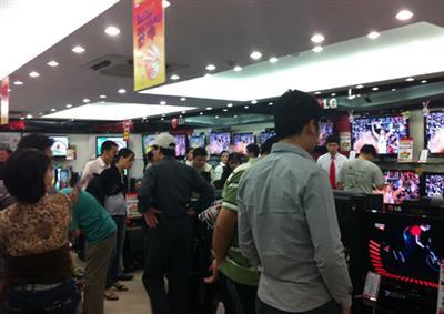 Rất đông người tìm đến các siêu thị và trung tâm điện máy lớn để mua TV trong hai ngày cuối tuần vừa rồi. Ảnh: T.A