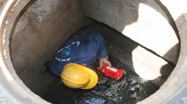 Công ty thoát nước đô thị khảo sát đường cống tìm nguyên nhân. Ảnh: Trần Chánh Nghĩa