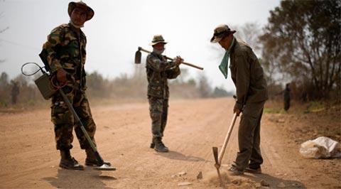 Các binh sĩ Campuchia đang rà phá bom mìn ở tỉnh Battam