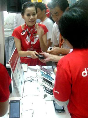 Điện thoại cao cấp luôn thu hút được sự chú ý của khách tham quan.