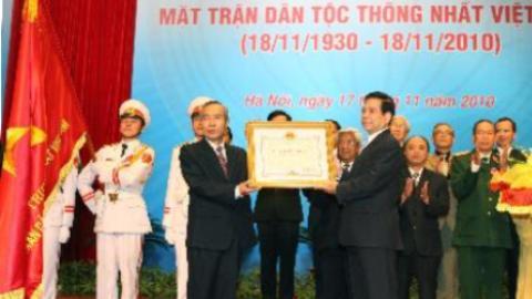 Chủ tịch nước trao Huân chương Sao vàng cho MTTQVN. Ảnh: TTXVN