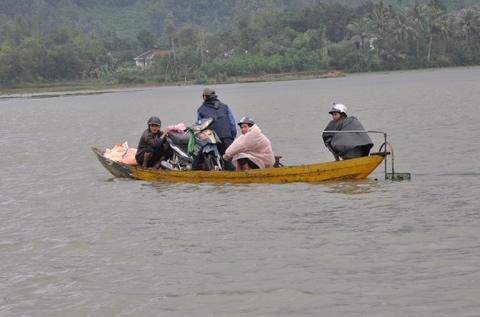 Người dân Nông Sơn di chuyển bằng đò vì nước lũ chia cắt toàn bộ tuyến đường về huyện