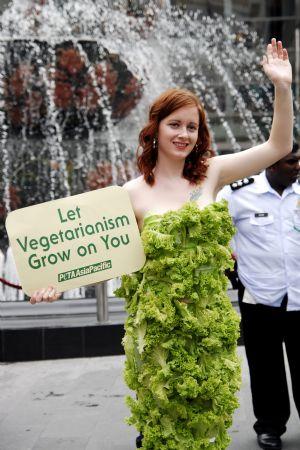 Cô Ashley Fruno mặc bộ váy rau tại Malaysia (ảnh: xinhua)