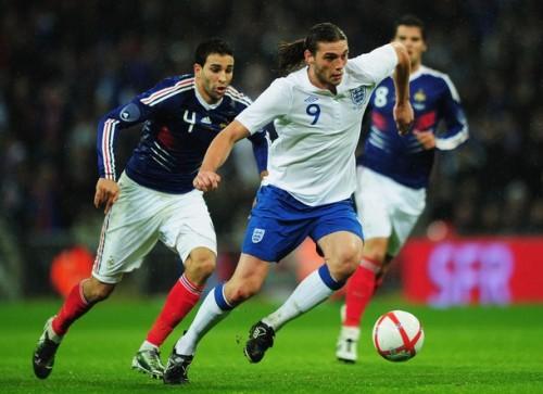 Andy Carroll (9) đã có màn ra mắt khá thành công trong màu áo đội tuyển Anh. Ảnh