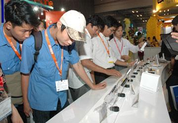 Nhiều mẫu điện thoại thông minh được giới thiệu tại Vietnam Telecomp/Electronics - Internet & IT 2010.
