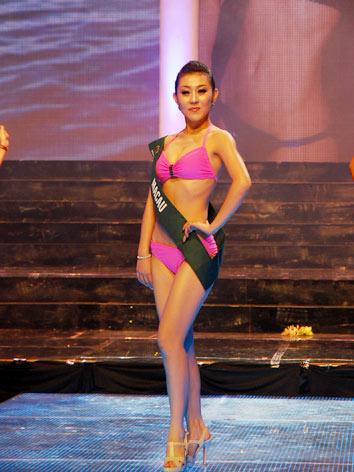 Đêm thi trang phục biển trong khuôn khổ cuộc thi Hoa hậu Trái Đất 2010 được mở đầu bằng bài hát Trái đất này là của chúng mình, do 100 thiếu nhi Phú Yên thể hiện. Sau đó, trên nền nhạc sôi động, 80 thí sinh lần lượt khoe vẻ đẹp nóng bỏng của mình trên sân khấu Sao Mai.